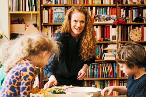 Pflanzliche Ernährung: Familie am Esstisch