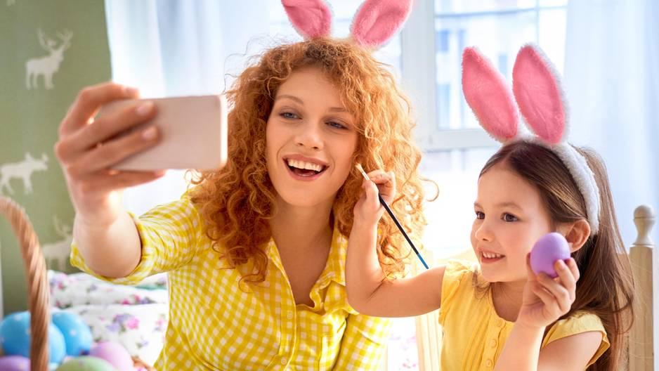 5 Tipps für ein gemeinsames Osterfest – trotz Entfernung: Mutter mit Tochter