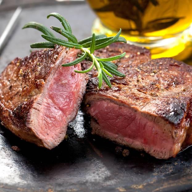 Steak braten: Gebratenes Steak auf einem Teller