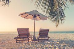 Corona aktuell: Leere Stühle am Strand
