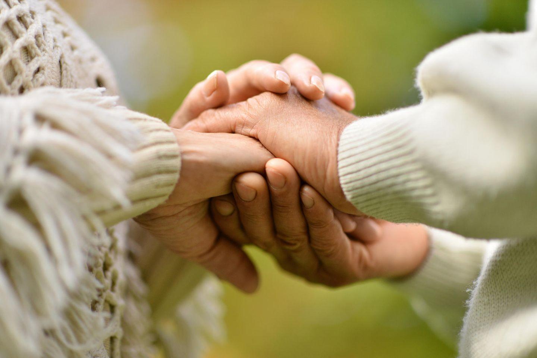 80-jährige Corona-Patientinnen treffen sich im Krankenhaus wieder