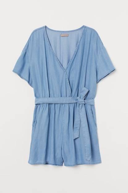 Nicht Kleid, nicht Rock, aber mindestens genauso luftig ist dieser locker leichte Jumpsuit aus Lyocell. Zusätzlicher Pluspunkt: Der schöne Wickelausschnitt zaubert einen Vavavoom-Dekolleté.Von H&M+, um 35 Euro.