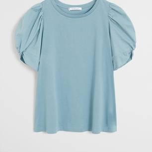 Das Modejahr 2020 steht ganz im Zeichen von Powerschultern, einem Trend, den wir nur zu gerne mitmachen. Denn – mal ehrlich – diesem süßen Shirt mit Puffärmeln könnten wir eh nicht widerstehen. Von Violeta by Mango, um 36 Euro.