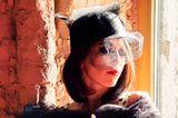 20er Jahre Frisuren: Frau mit Hut auf und Buch in der Hand