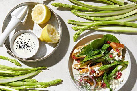 Spargel-Brot-Salat mit Tahin-Dressing