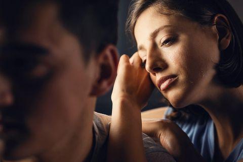 Eifersucht loswerden: Frau schaut traurig