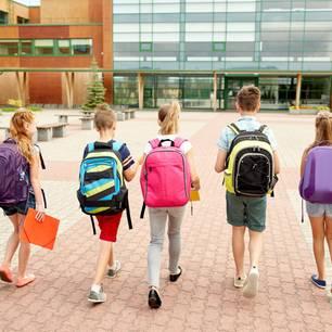 Corona aktuell: Schüler vor Schule