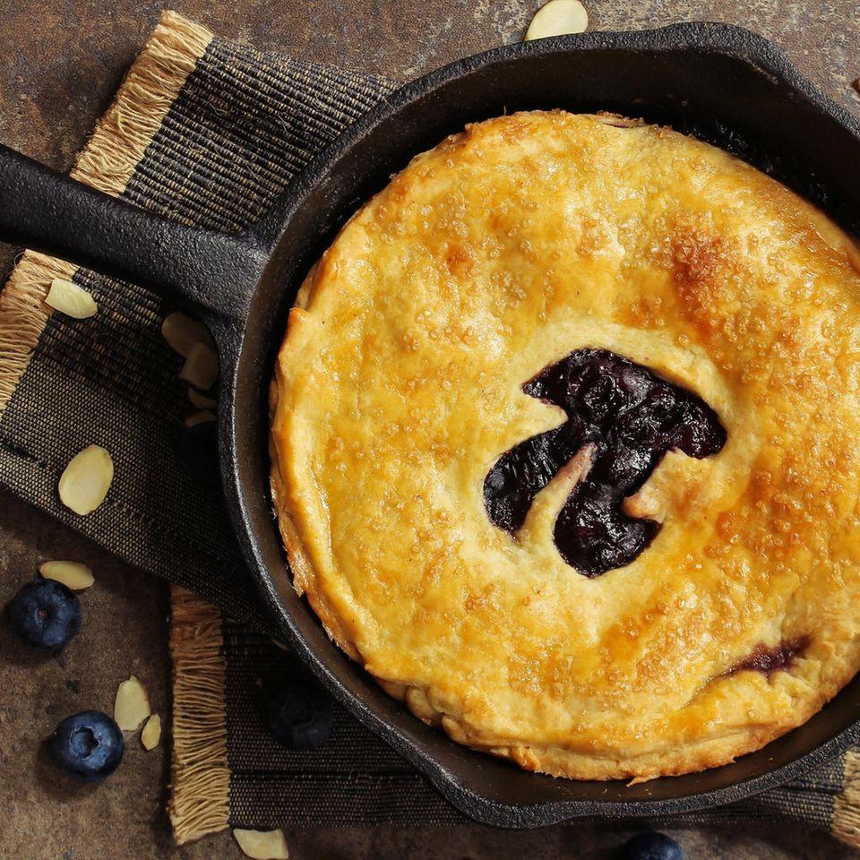 Pi mal Daumen: Pi-Zeichen auf Teigkuchen