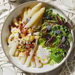 Spargel mit Dickmilch und Kräutersalat