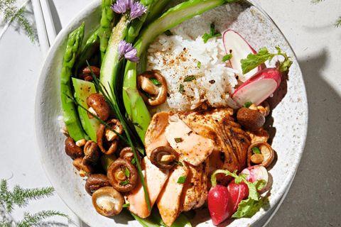 Spargel-Sushi-Bowl mit Korianderlachs