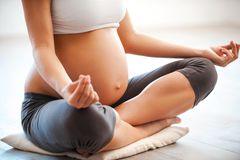 Geburtsvorbereitung: Schwangere Frau beim Yoga