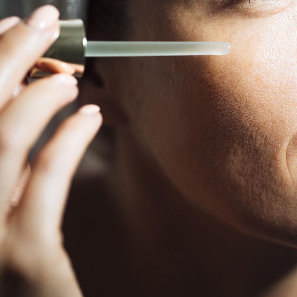 Anti-Aging-Kosmetik: Frau mit Pipette in der Hand