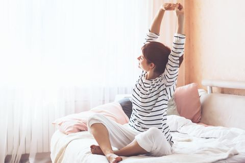 Yoga am Morgen: Frau streckt sich
