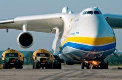 Antonow An-225: Das größte Flugzeug der Welt fliegt Schutzmasken nach Europa