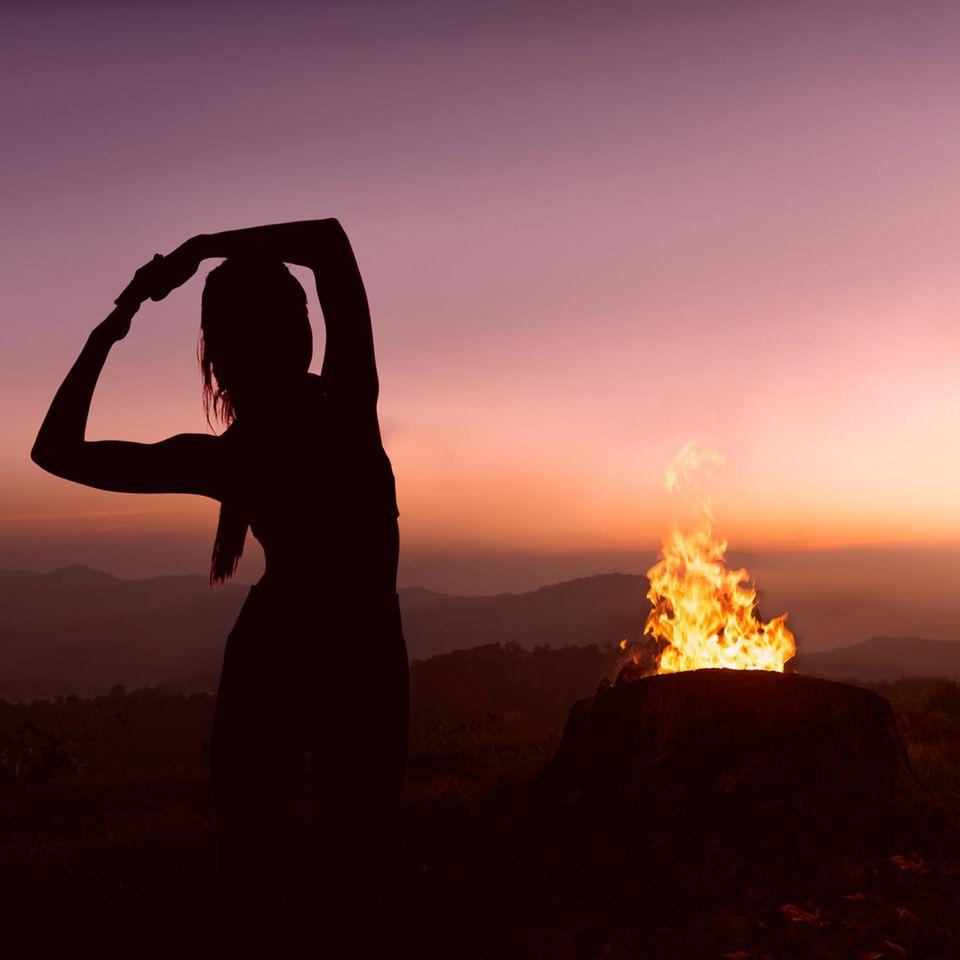 Elemente Workout: Frau macht Yoga