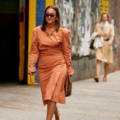Frau mit orangenem Kleid
