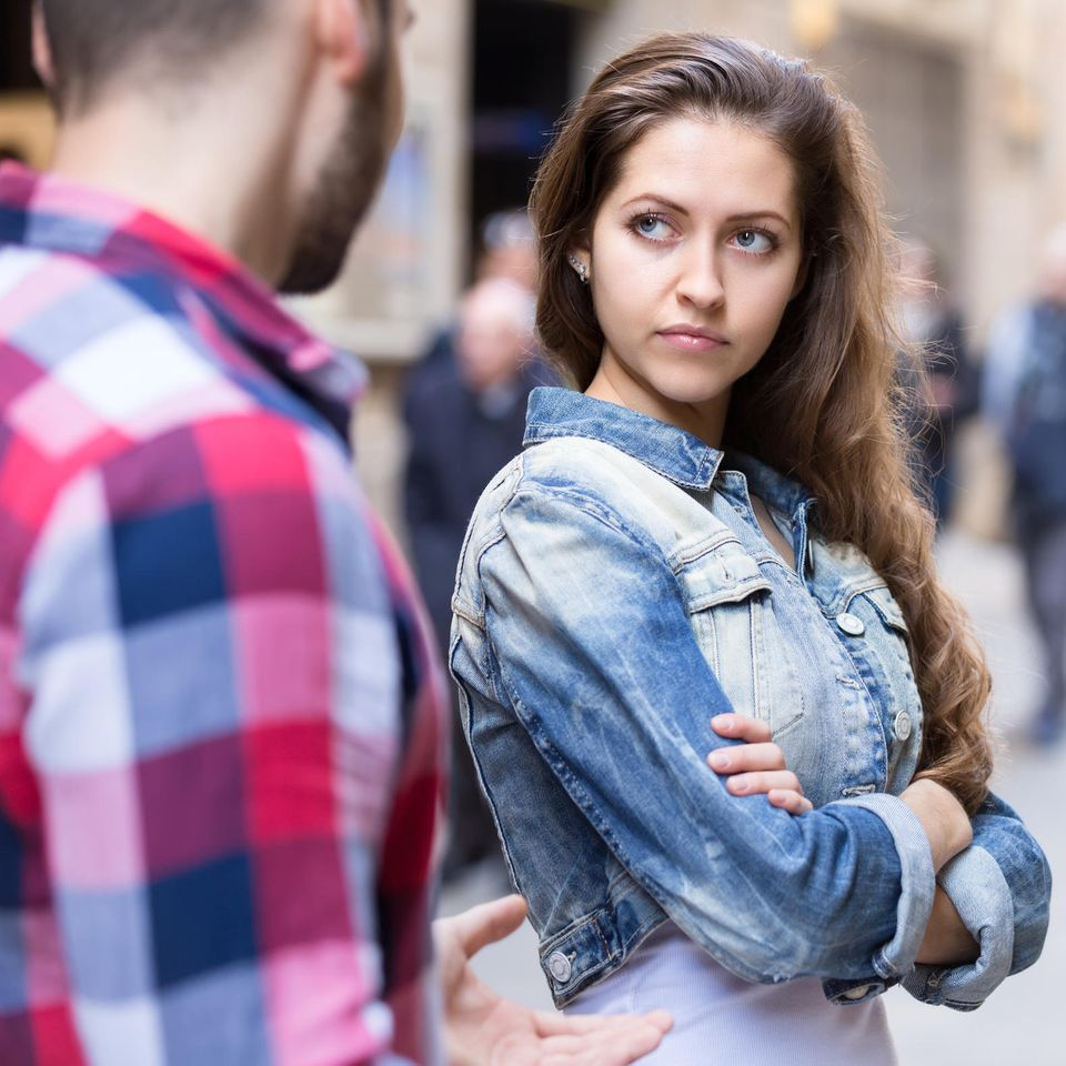 Anja Niekerken: Eine arrogante junge Frau schaut einen Mann böse an