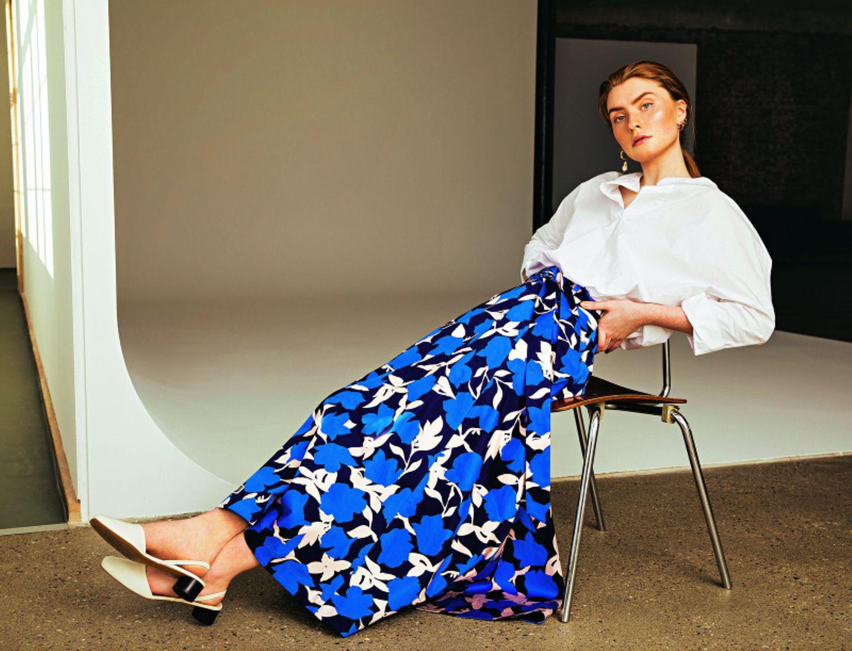 Business Outfit: Weiße Tunika zu gemustertem Midirock