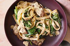 Tagliatelle mit Steak und Spinat-Senf-Soße