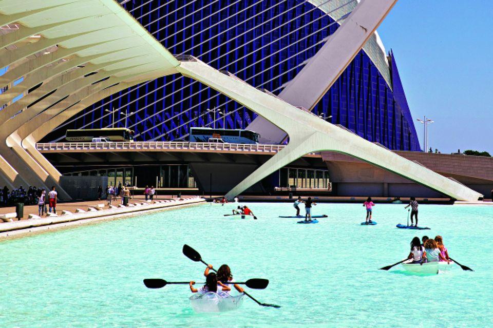 Valencia - Sehenswürdigkeiten und Tipps: Kajakfahrer vor Oper