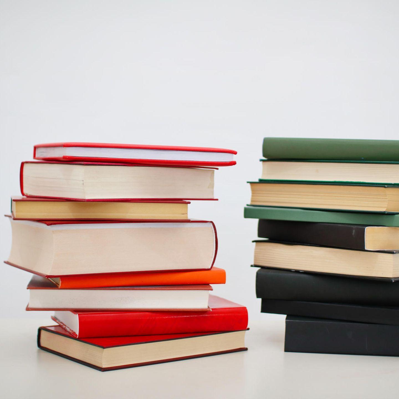 Was kann ich verkaufen? Bücher, CDs, DVDs, Spiele, Handys und Tablet-PCs    Wie funktioniert das? Auf www.momox.de können Sie die Barcode- oder ISBN-Nummer eingeben und sich den Preis anzeigen lassen, den Sie beispielsweise für ein gebrauchtes Buch von Momox bekommen. Für Handys und Tablet-PCs wählen Sie den Hersteller und das Modell aus. Noch schneller geht es, wenn Sie den Barcode mithilfe eines Smartphones und der Momox-App einscannen (Hier finden Sie die Momox-App furs iPhone und  die Momox-App für Android-Geräte.) Sachen, die Sie verkaufen wollen, legen Sie in den Verkaufskorb. Zum Schluss melden Sie sich an, um den Verkauf abzuschließen. Lieferschein und Paketaufkleber ausdrucken, Paket packen - und ab die Post.    Was muss ich noch wissen? Der Mindestankaufwert liegt bei zehn Euro. Das Geld wird Ihnen auf Ihr Konto überwiesen, nachdem Momox die Ware erhalten und geprüft hat. Der Betrag, den man beispielsweise für ein Buch bekommt, kann schwanken. Lieber nicht zu lange warten, um etwas zu verkaufen - oder doch warten, ob man am Ende nicht sogar etwas mehr bekommt.    Für neuere Bücher und DVDs gibt es meist mehr Geld. Allerdings lohnt es sich, auch ältere Schätzchen zu scannen. So mancher Roman hat uns noch einige Euros gebracht. Momox bietet sich vor allem an, wenn Sie Ihre Sachen schnell und einfach loswerden wollen.