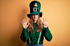 Ach du grüne Neune: Frau zeigt neun Finger