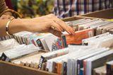 Mittlerweile gibt es viele Seiten im Netz, über die Sie Ihre gebrauchten Bücher und DVDs verkaufen können. Aber nicht alle Anbieter zahlen gleich viel, die Preise schwanken zum Teil sehr stark: Wo ein Anbieter 50 Cent für ein Buch bietet, können es bei einem anderen schon mal vier Euro sein. Die Seite www.werzahltmehr.de scannt für Sie über 200 Ankaufportale. Einfach ISBN- bzw. EAN-Nummer eingeben oder den Barcode mit der App für Android-Smartphones oder App für iPhone und iPad scannen.