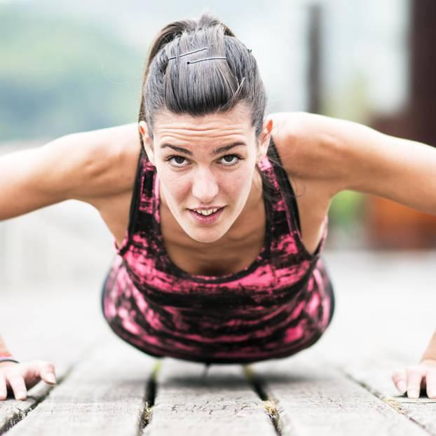 5 Elemente Workout: Frau macht Yoga