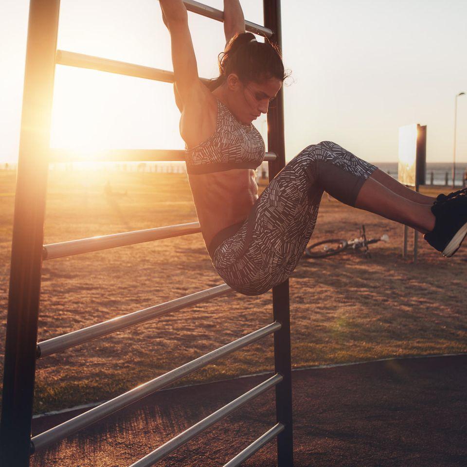 5 Elemente Workout: Frau beim Workout