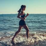 5 Elemente Workout: Frau joggt durchs Wasser