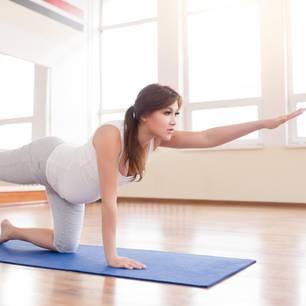Yoga für Schwangere: Schwangere macht Yoga