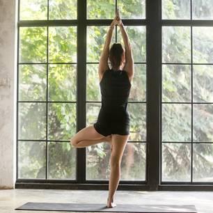 Yoga Zuhause: Frau macht Yoga