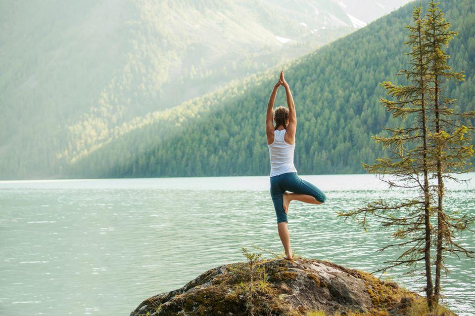 Yoga gegen Stress: Frau macht Yoga