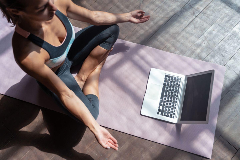 Yoga für Anfänger: Frau macht Yoga