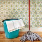 Holzboden reinigen: Holzboden und Wischmopp