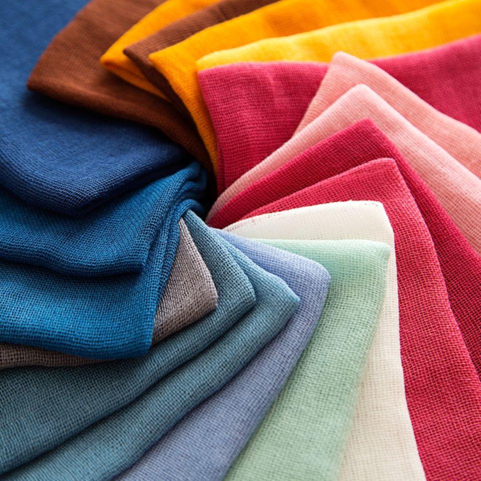 Stoffe selber färben: Verschiedenfarbige Stoffe liegen auf einander