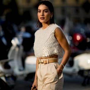 Frau mit Gürtel auf der Milan Fashionweek