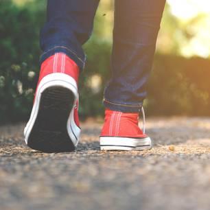 Red-Sneaker-Effekt: Eine Frau mit roten Chucks