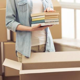 Virtuelle Flohmärkte: Frau packt Kiste