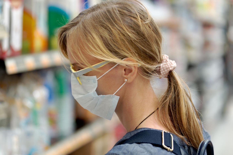 Corona aktuell: Frau mit Maske und Brille