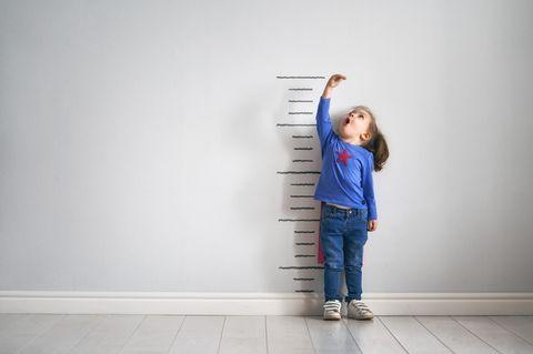 Kinder in der Pubertät: Mädchen vor Wachstumsmarkierungen