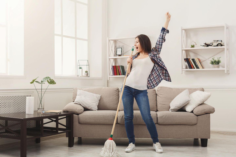 Linoleum reinigen: Frau mit Wischmopp