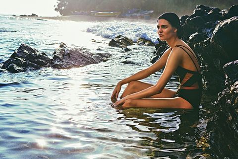 Fahler Teint: Model im Meer