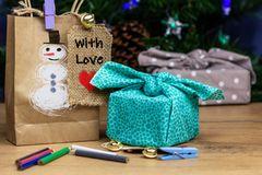 upcycling: Geschenk in Stoff verpackt