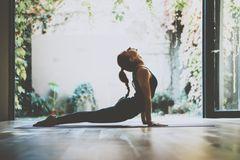 Yoga: Frau macht Yoga