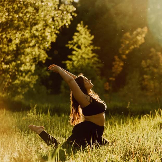 Yoga bei Übergewicht: Frau mit Kurven beim Yoga