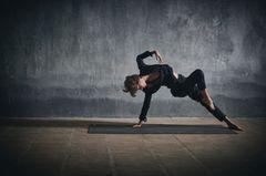 Yogadancing: Frau beim Yogadancing