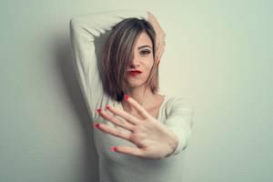 Frau in Stopp-Haltung