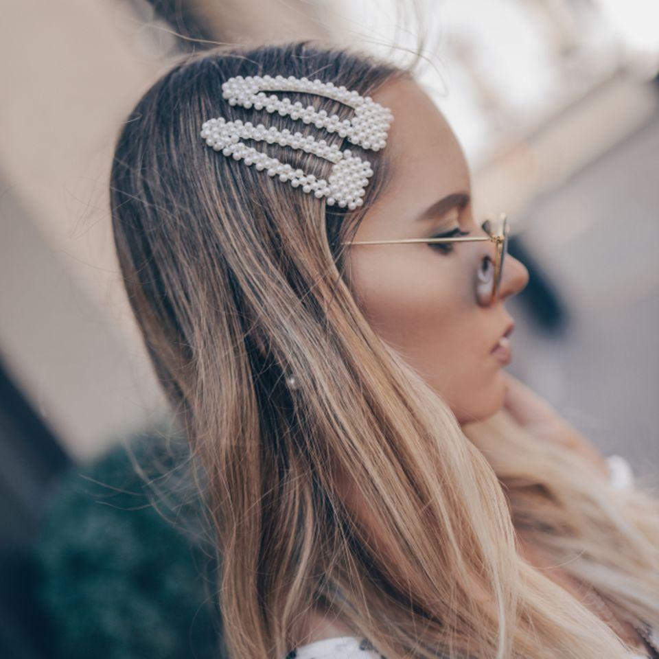 Pony rauswachsen lassen: Frau mit Haarspangen im Haar
