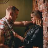 Verführung: Eine Frau verführt einen Mann in einer Bar